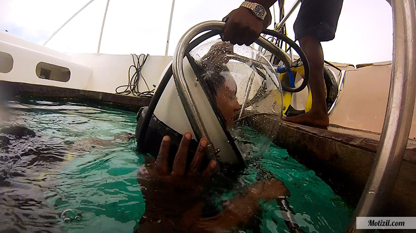 Scaphandre marche sous l'eau